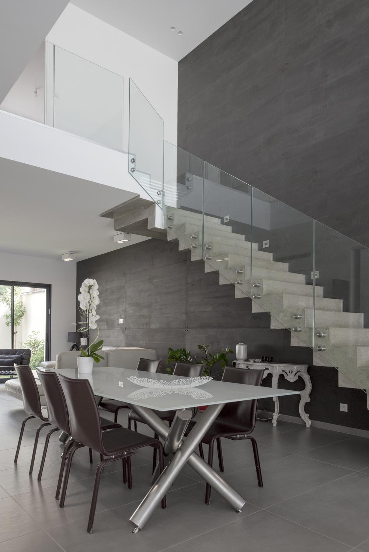 escalier béton avec garde-corps verre maison contemporaine ...
